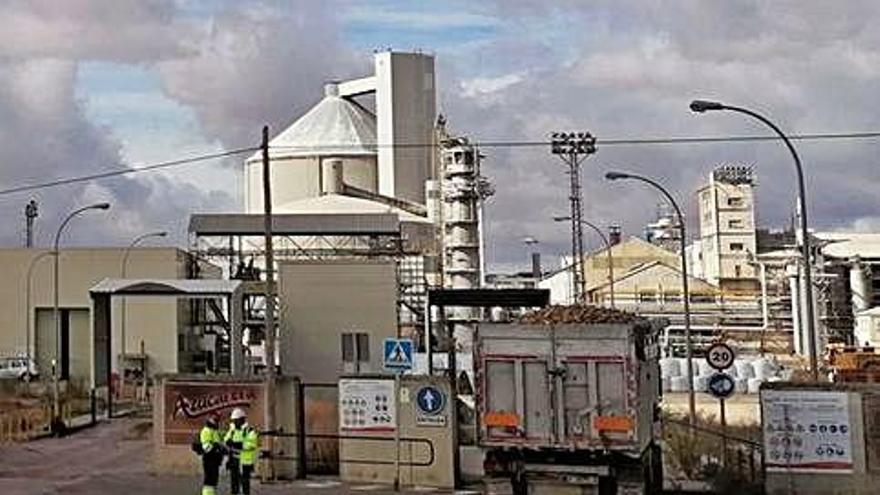 Un camión cargado de remolacha accede a la fábrica de Toro.