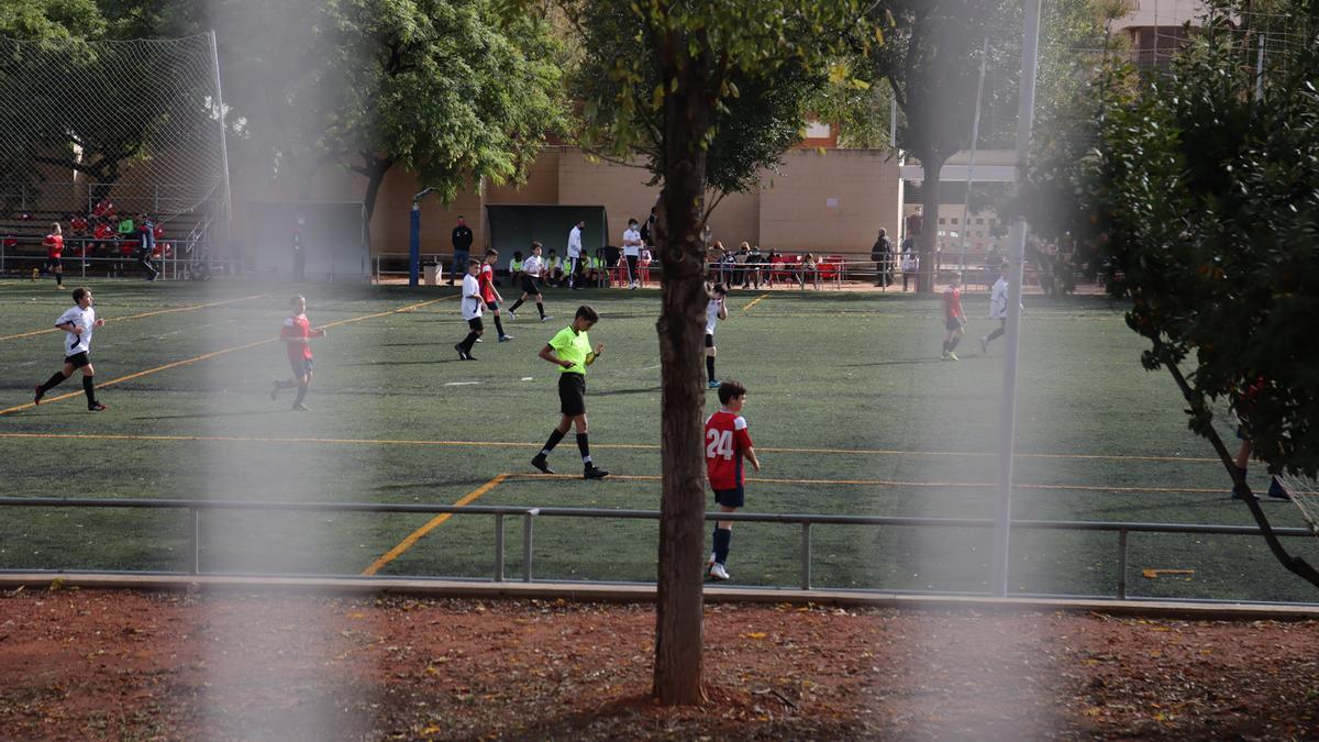 Un grupo de niños juega a fútbol en Castelló a puerta cerrada.