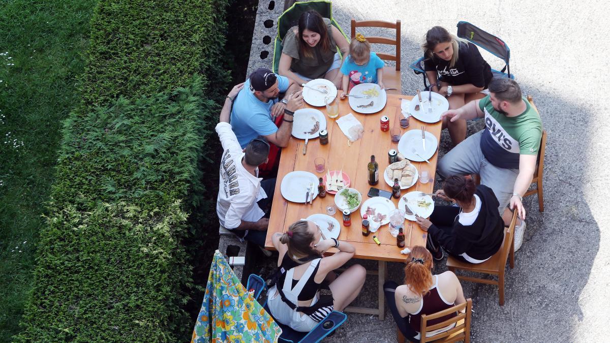 Imagen de archivo de una comida familiar en un jardín.