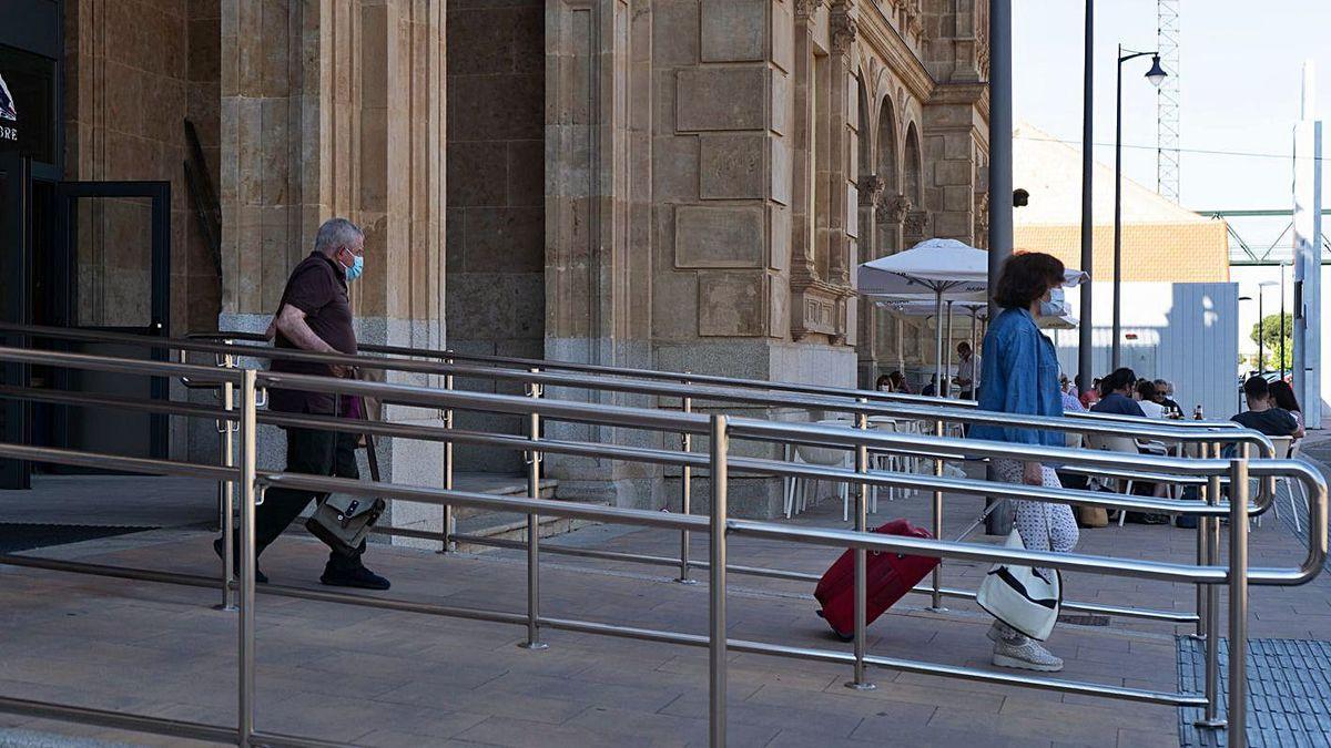 Viajeros del tren que une Galicia y Madrid, en la parada de la estación de Zamora, ayer tarde.