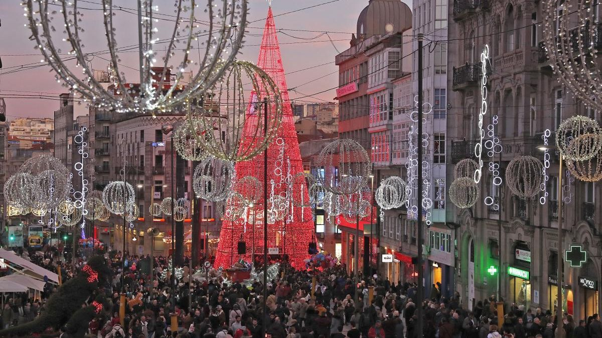 Vista de del árbol de la Navidad en Vigo en Porta do Sol y que este año cambiará de ubicación. // J. Lores