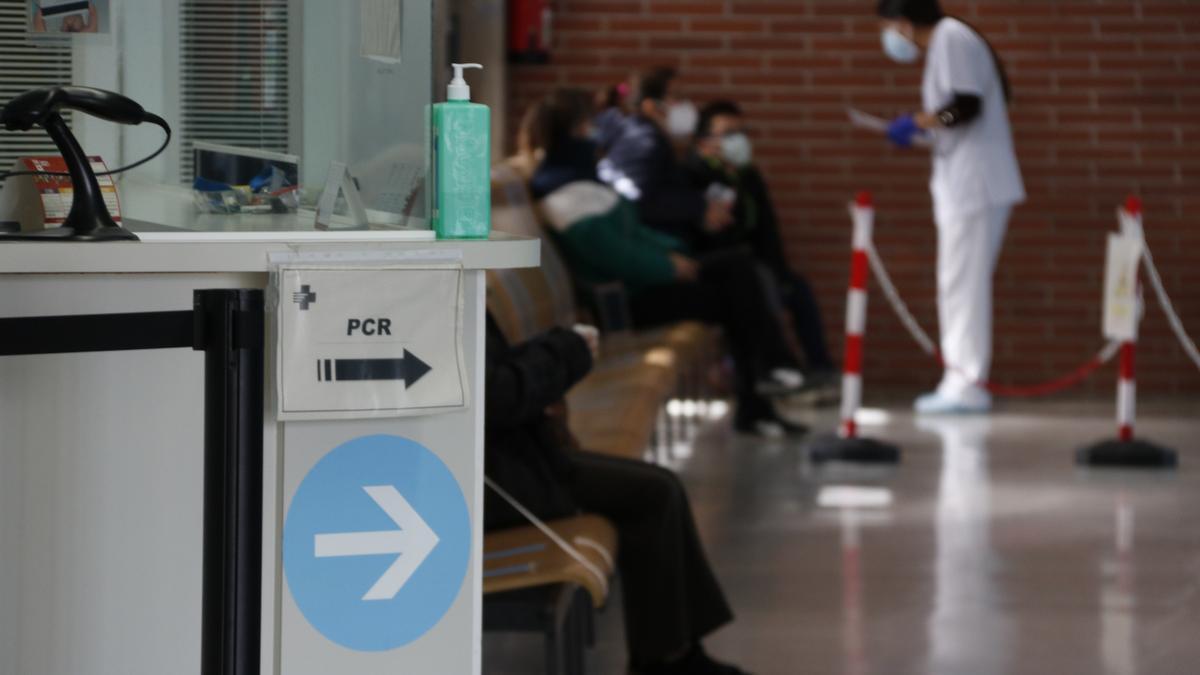 Una infermera atenent pacients al CAP de Montblanc, amb cartells indicant les proves PCR en primer terme.