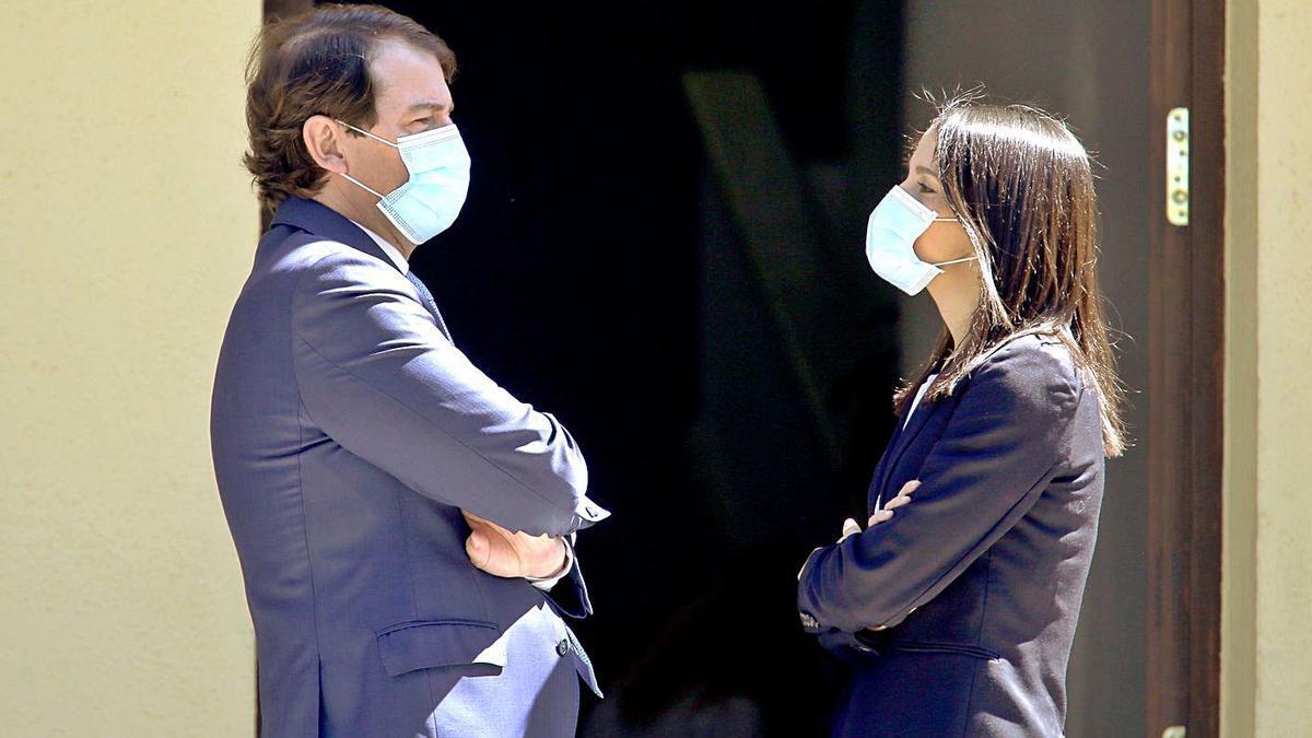 El presidente de la Junta de Castilla y León, Alfonso Fernández Mañueco, junto a la presidenta de Ciudadanos, Inés Arrimadas, ayer en Valladolid. | Ical