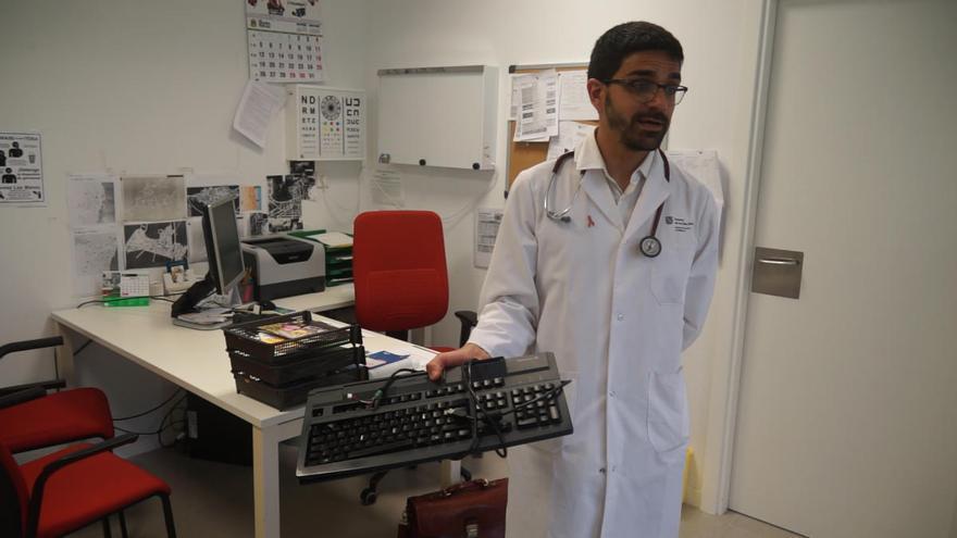 Condenada por insultar a una médica y golpearla con el teclado en Son Servera