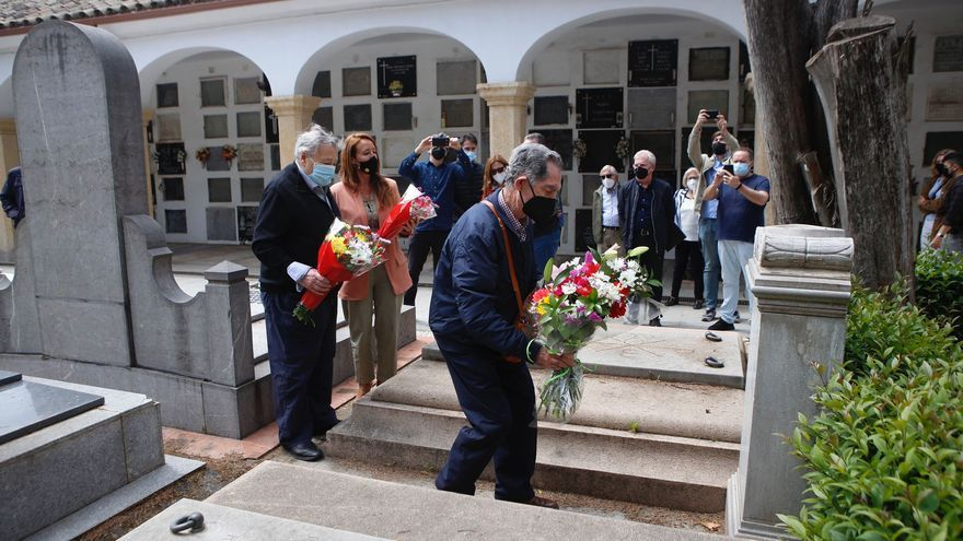 La familia Romero de Torres recibe un homenaje ante su mausoleo