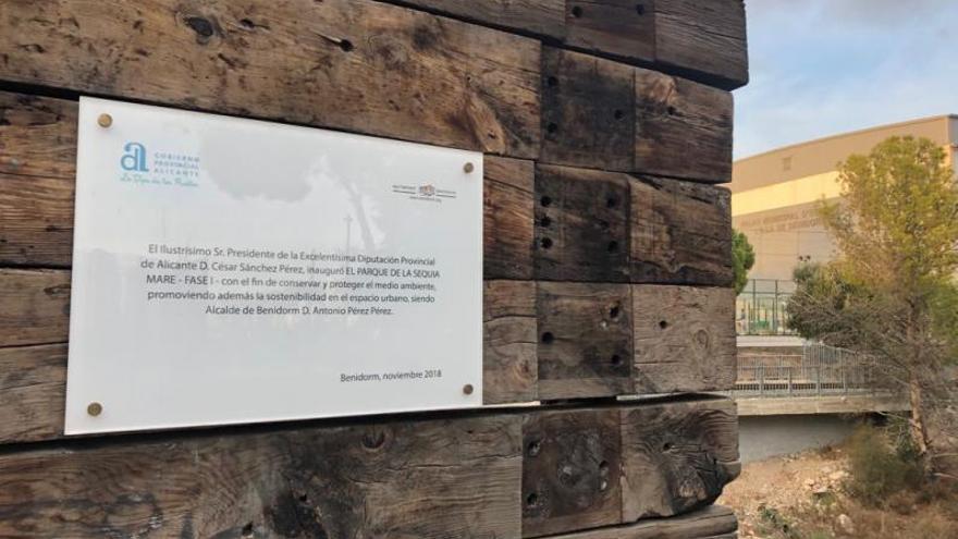 Adiós a la placa «inaugural» de César Sánchez en Benidorm