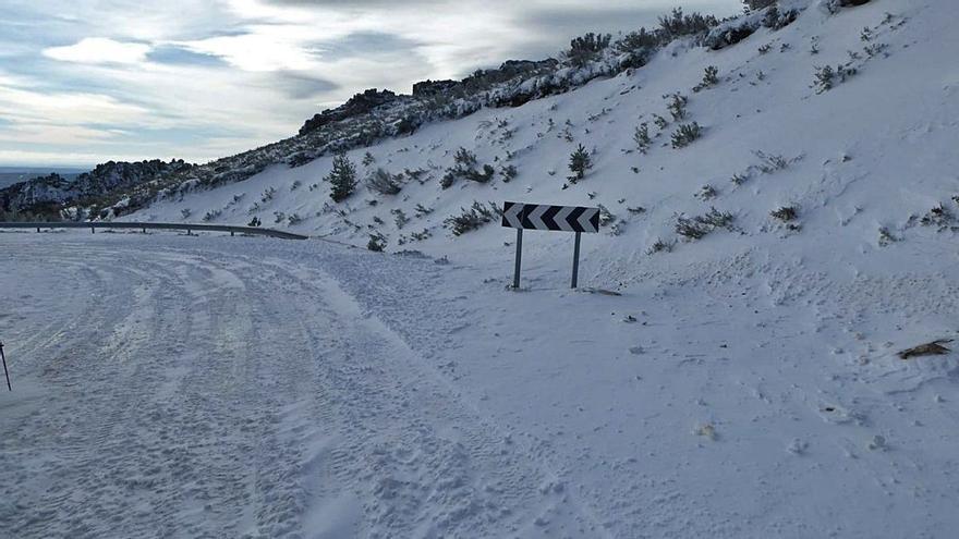 Casi 20 tramos de carreteras permanecen cerrados en Castilla y León por la nieve y el hielo