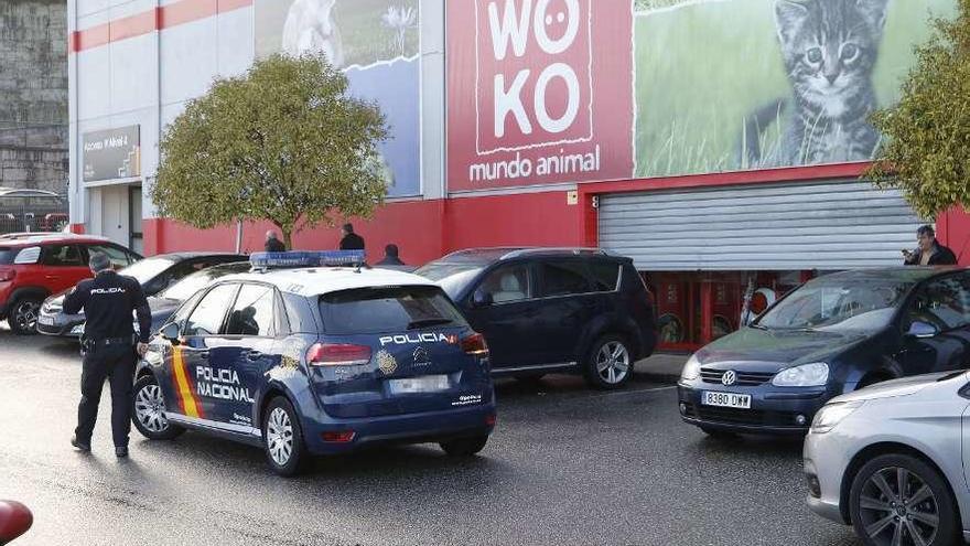 Dos falsos obreros atan a las empleadas de una tienda en Vigo y huyen con 15.000 euros