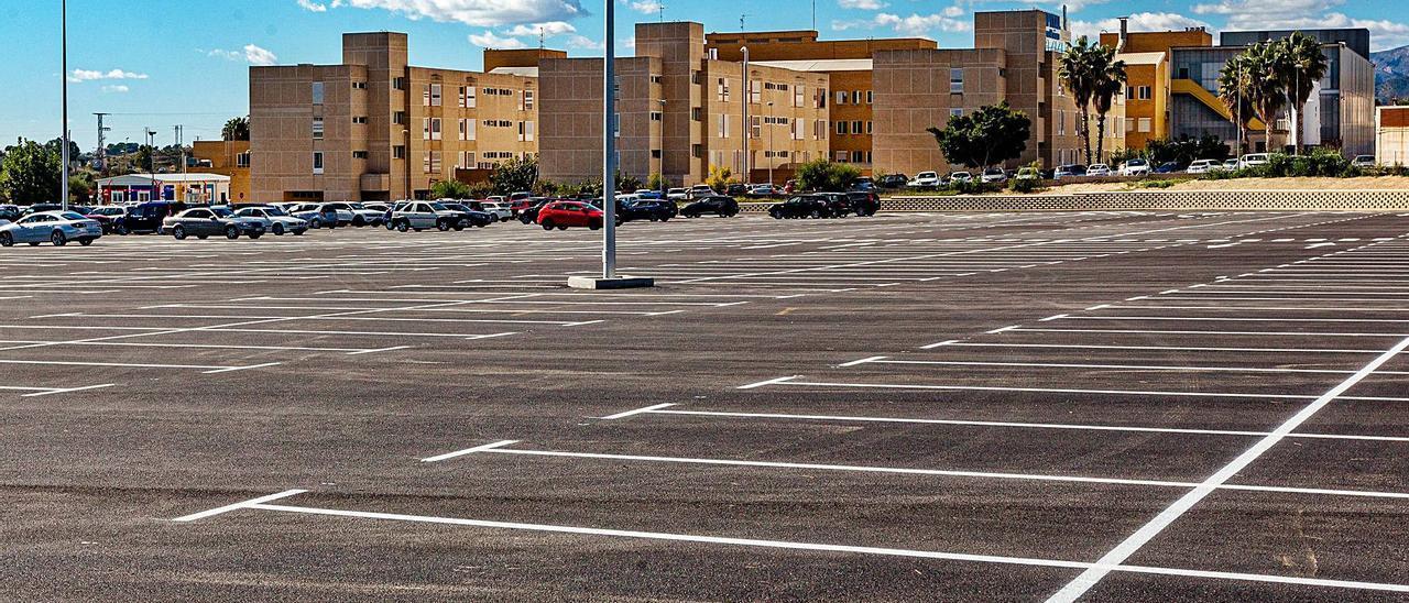 El Hospital Comarcal de la Marina Baixa y los terrenos del parking sobre los que se llevará a cabo la ampliación.