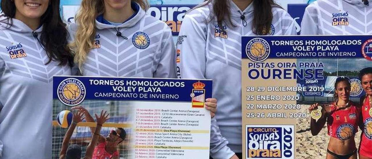 Las jugadoras del Milenio Ourense, con el cartel de la competición. // FDV