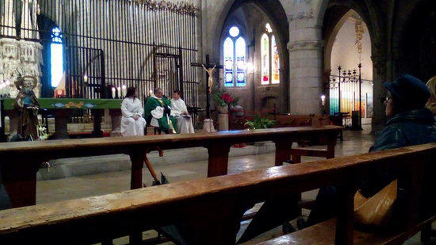 Els fidels acompanyen mossèn Ferran en la missa de comiat a la Basílica de Castelló