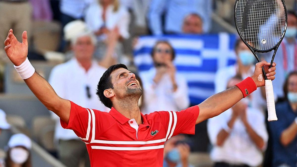 Djokovic celebra su victoria; Tsitsipas, abatido tras su derrota.  // CAROLINE BLUMBERG