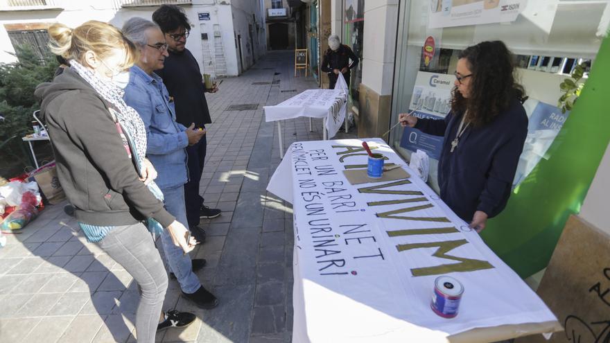 Los vecinos de Benimaclet pintan pancartas contra el botellón