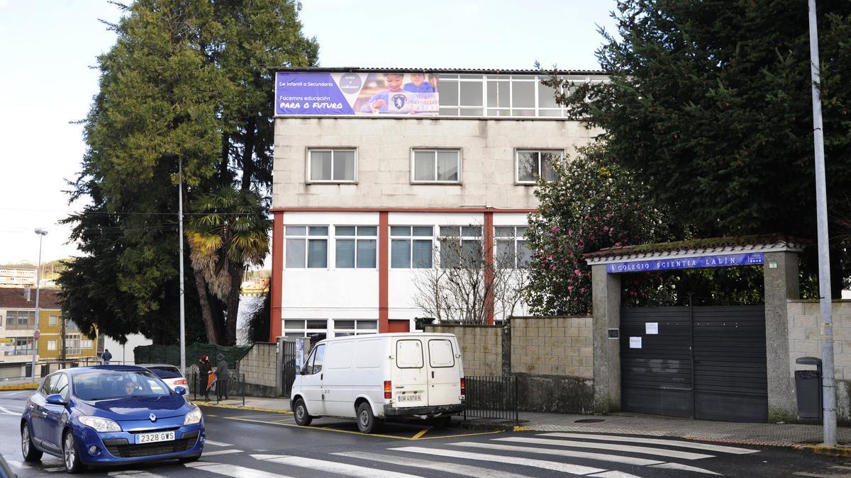 Acceso principal al centro concertado lalinense. // Bernabé/Javier Lalín