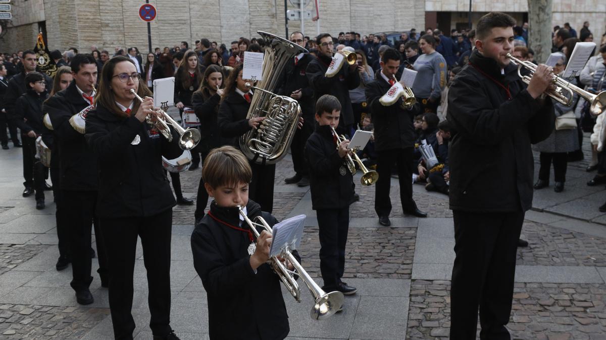 Una banda de música toca en la plaza de Viriato.