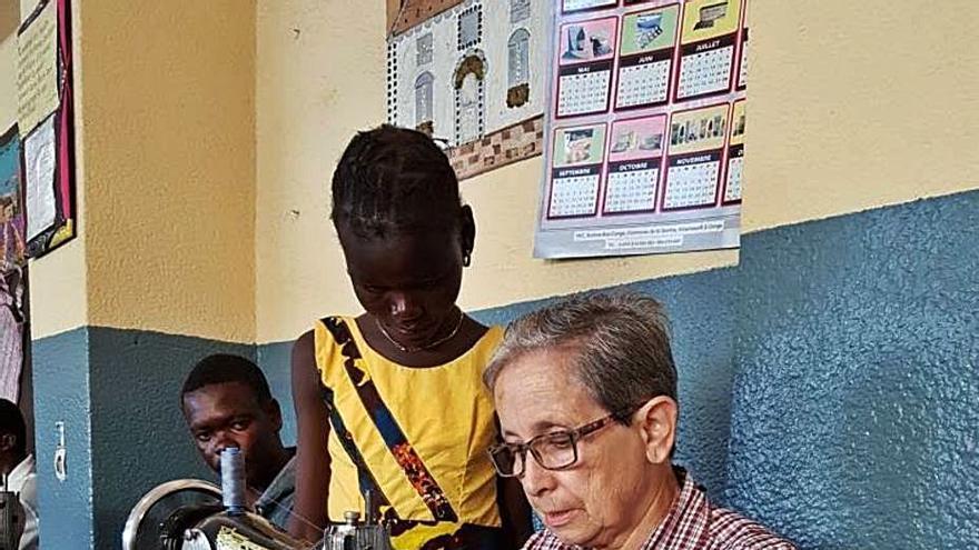 Peñamellera Baja dota con máquinas de coser el centro de Sor Ángela en el Congo
