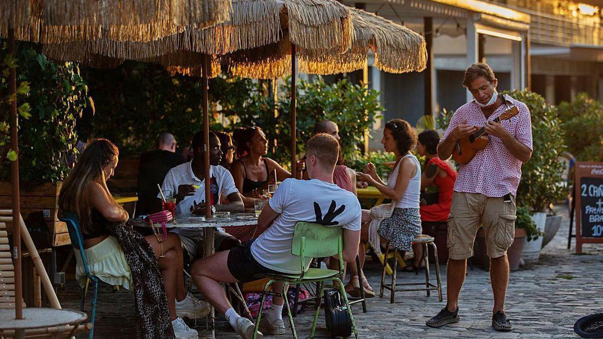 Turistas en una terreza en la ciudad de Barcelona, esta semana.