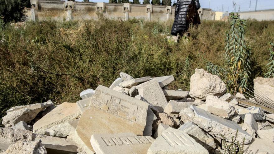 El Ayuntamiento investiga la aparición de restos de lápidas junto  al Cementerio