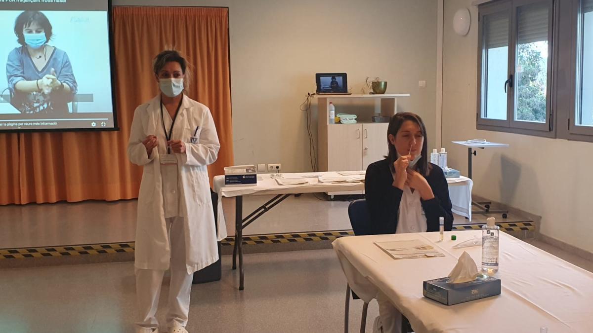 Formació d'autopreses per garantir que el frotis nasal es faci correctament