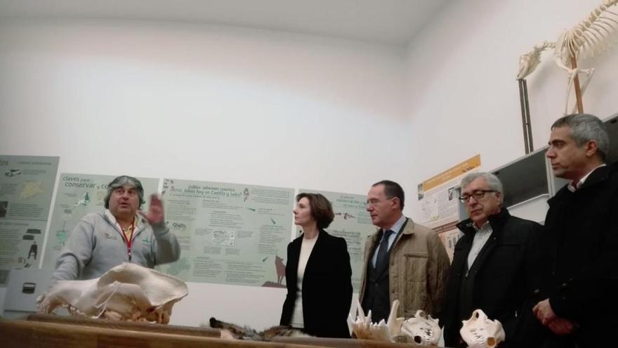Isabel Oliver, Ángel Blanco y José Fernández visitan el Centro del Lobo Ibérico de Robledo.