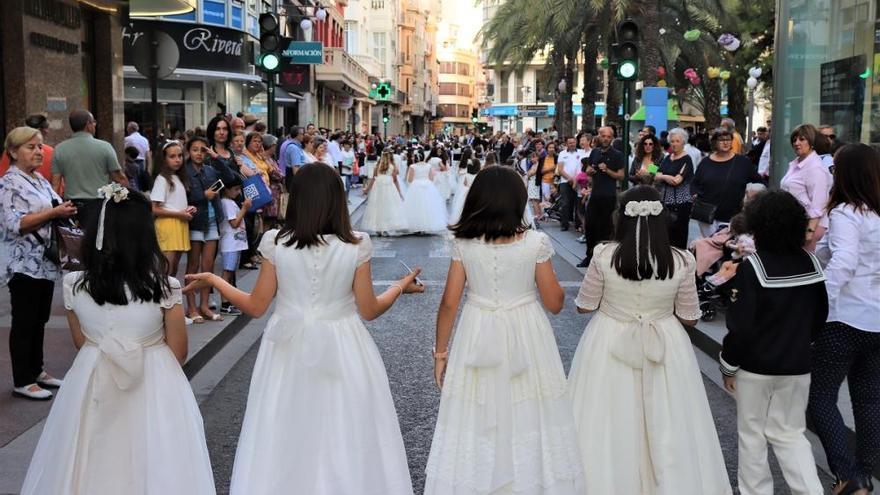 Antiguos alumnos del colegio de Carmelitas sacan en procesión al Niño Jesús de Praga