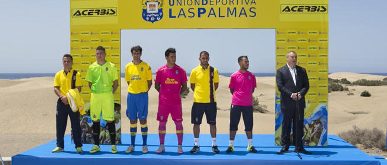 De izda. a dcha.: Roque, Raúl, Valerón, Araujo, Nauzet, Viera y Ramírez, en el acto oficial de la equipación en Maspalomas.