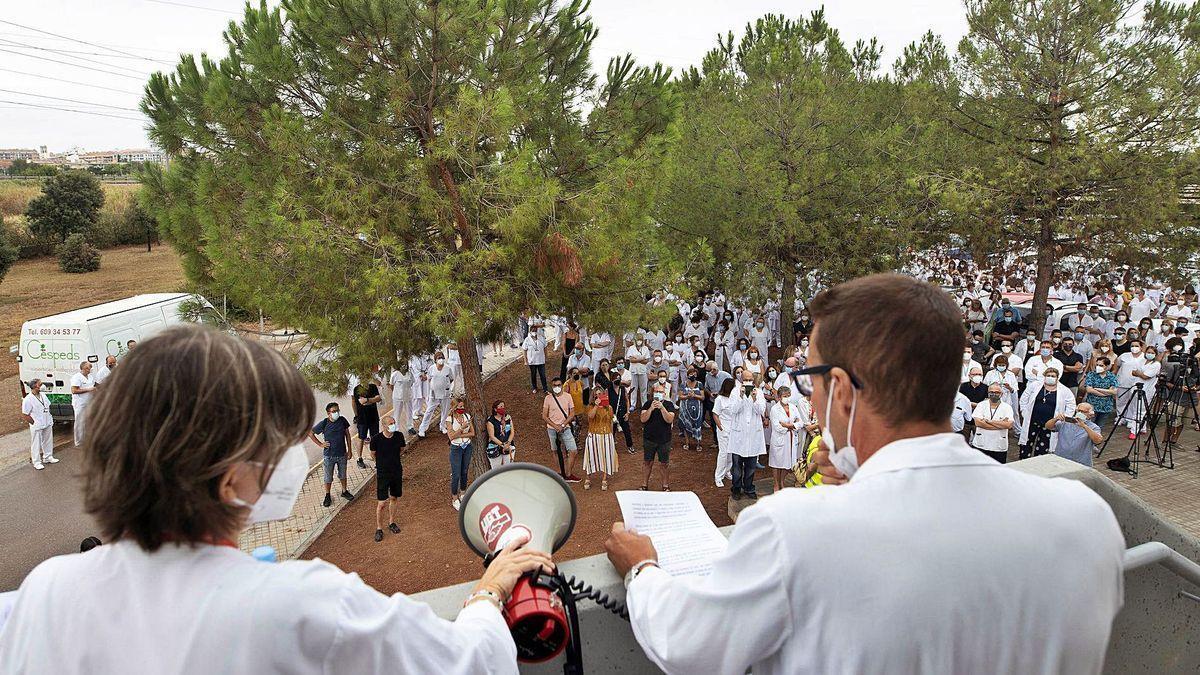 Concentración ante el hospital de La Plana, en Villarreal, para mostrar su respaldo a los intensivistas.