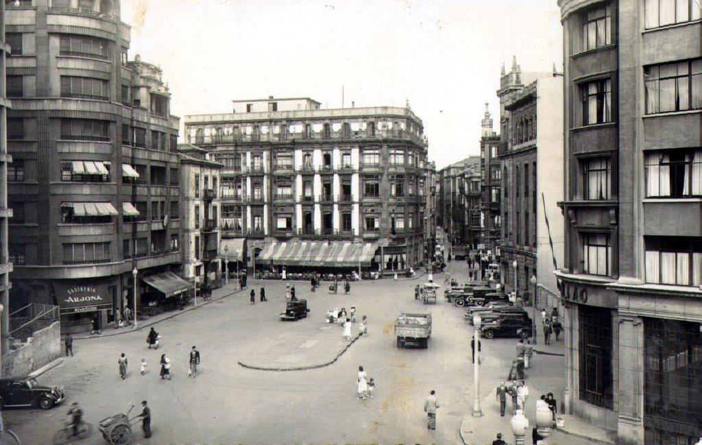 Plaza del Carmen, al fondo el toldo del cafe Alcazar..jpg