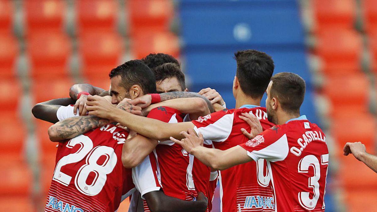 Los jugadores del Lugo celebran uno de sus tres goles frente al Numancia.
