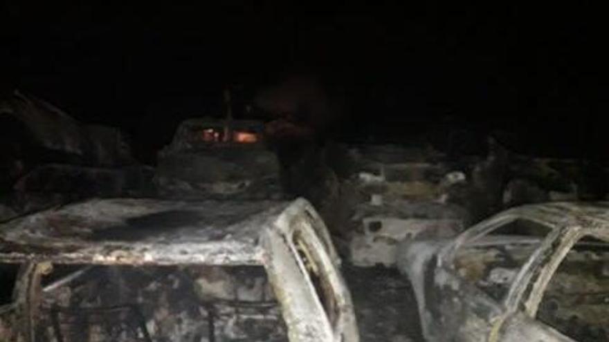 Arde medio centenar de coches en un desguace de Lousame