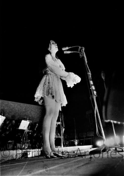 MASSIEL DURANTE SU ACTUACIÓN EN EL X FESTIVAL DE LA CANCIÓN DE BENIDORM. JULIO 1968.