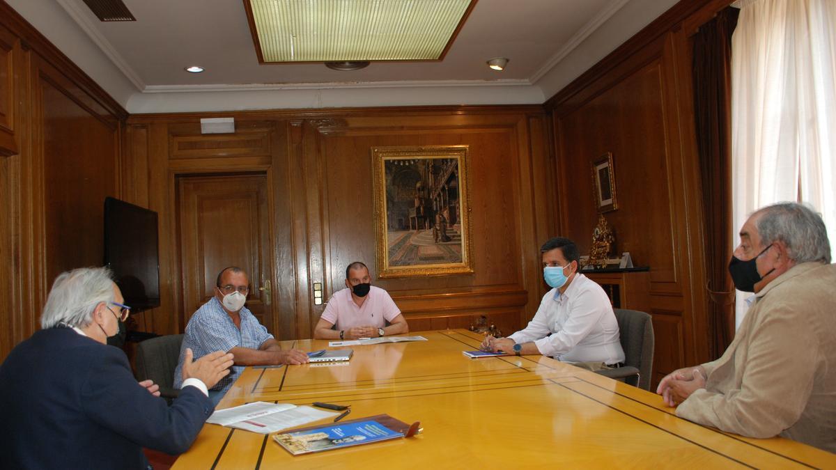 Representantes del congreso, junto con el presidente de la Diputación, el diputado de Agricultura y Ganadería y el Jefe del Servicio.