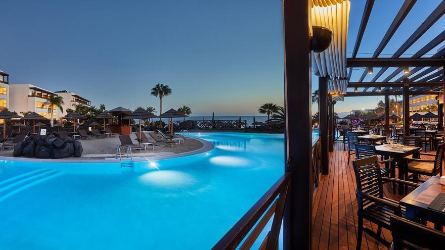 Vive una experiencia VIP con tu pareja en Secrets Lanzarote, un hotel de lujo con 25 % de descuento extra para nuestros lectores
