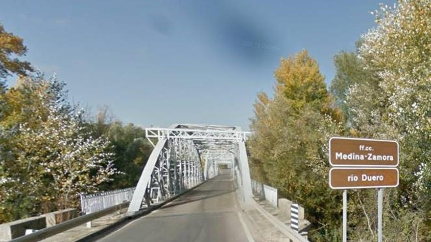 La Junta realiza trabajos de conservación en el puente de hierro de Toro