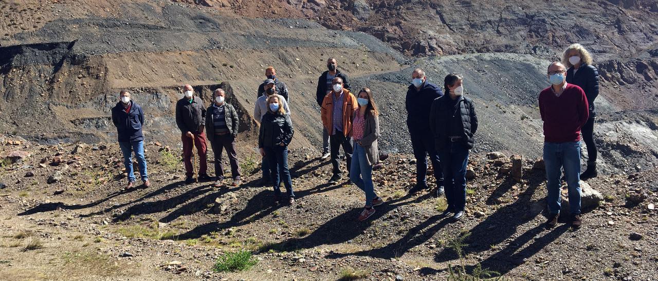 Vecinos y autoridades en la visita a la corta de Tormaleo