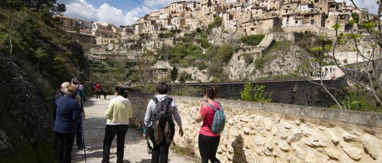 Turistas transitan por una de las entradas a Bocairent | PERALES IBORRA