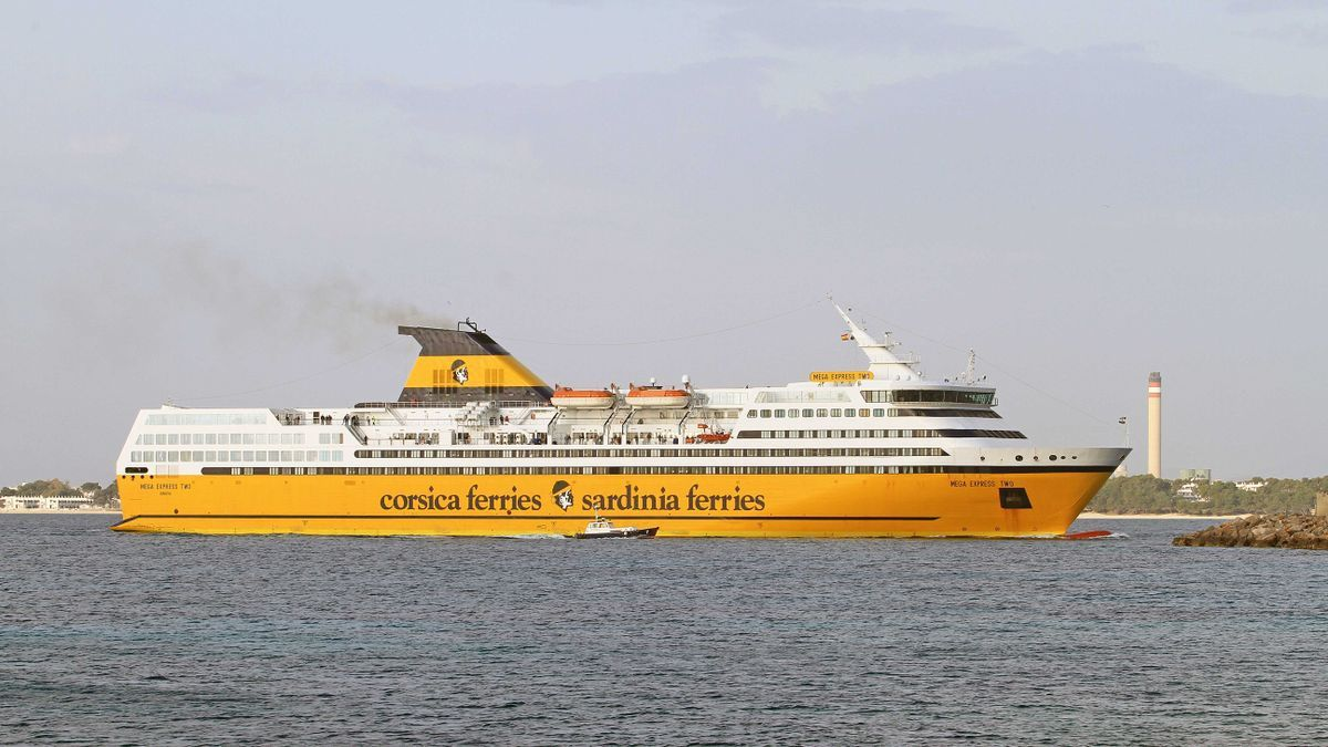 El 'Mega Expréss Two', entrando en el puerto de Alcúdia.