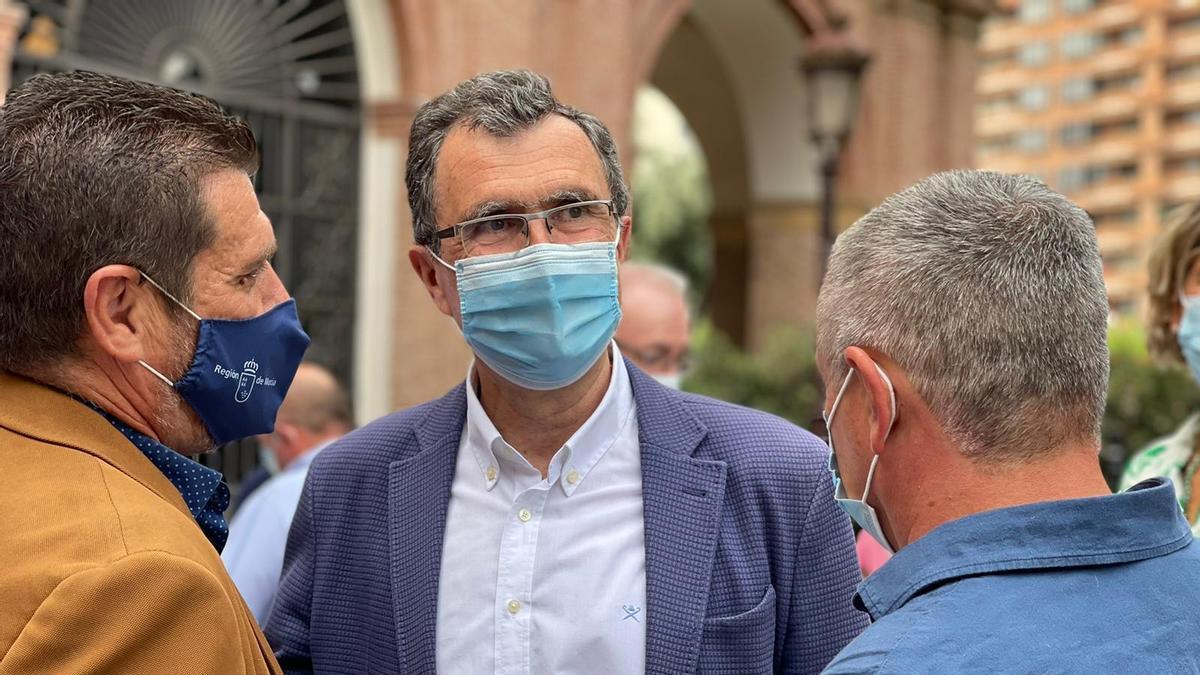 José Ballesta, este jueves en Murcia, rodeado de pedáneos.