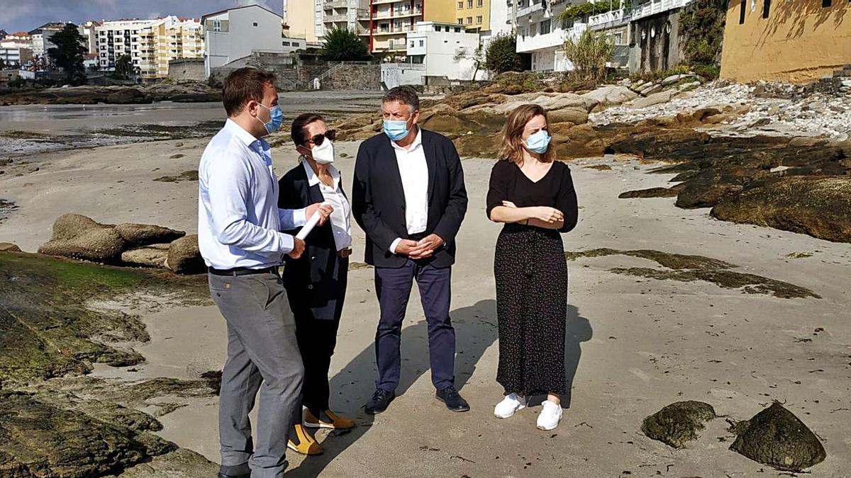 Telmo Martín, Maica Larriba, María Deza y el responsable de Costas, Enrique Fernández, en la playa de A Carabuxeira. |   // FDV