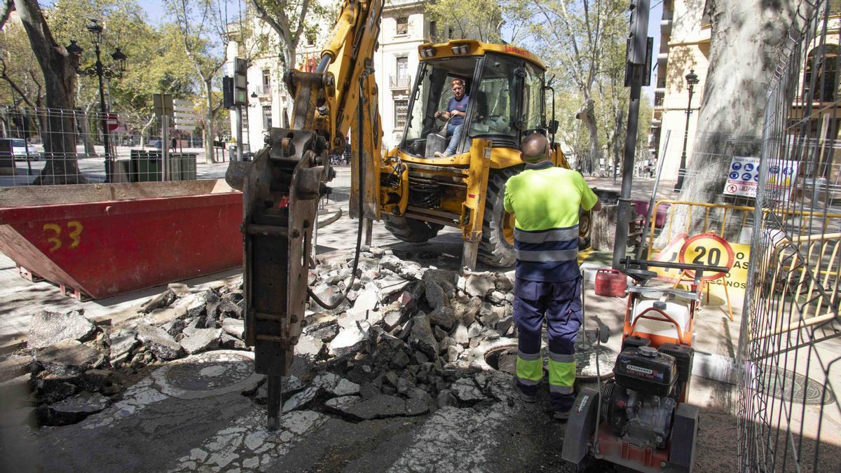 Obras en la red de aguas del Portal del Lleó, en una imagen de ayer