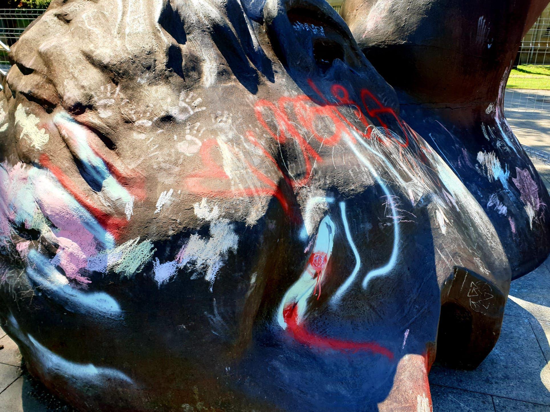 Así está El Nadador tras las pintadas de vándalos y niños consentidos por sus padres