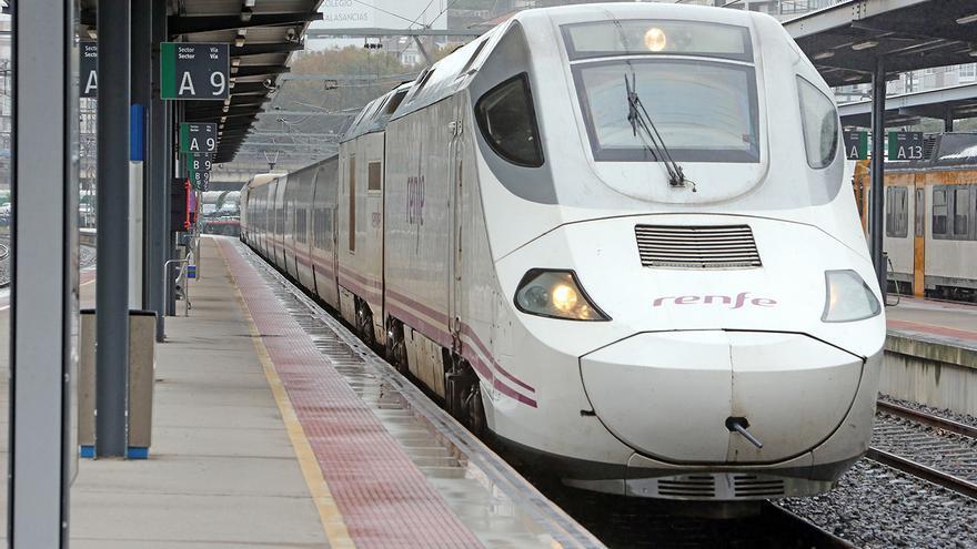 Avería en un tren Vigo-Barcelona tras golpear unas ramas