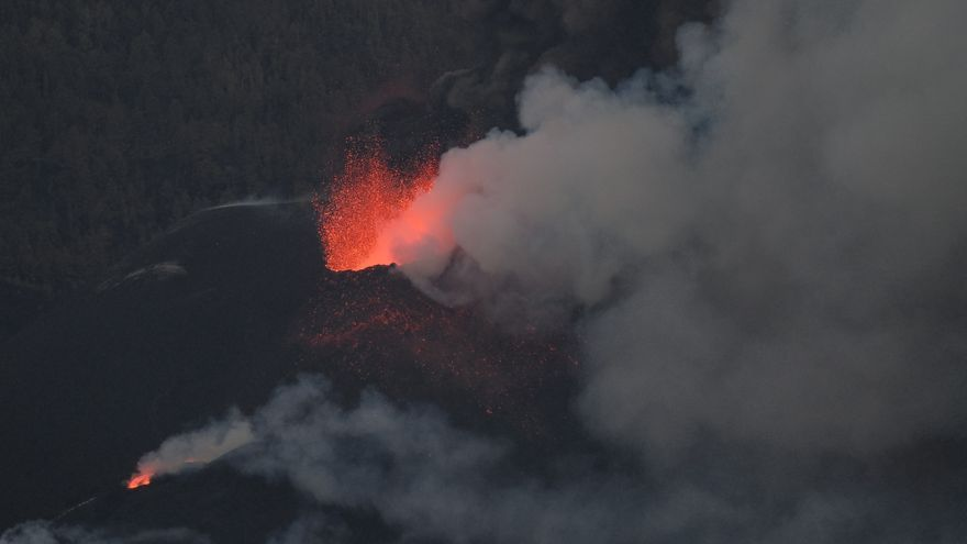 Directo | Los derrames de lava del volcán de La Palma ensanchan la colada parada en La Laguna