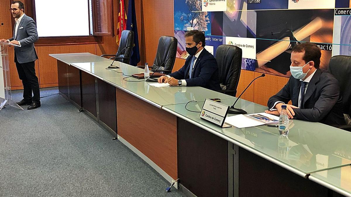 Javier Vich (de pie), José Herraiz y Luis Martínez-Almoyna en la jornada.