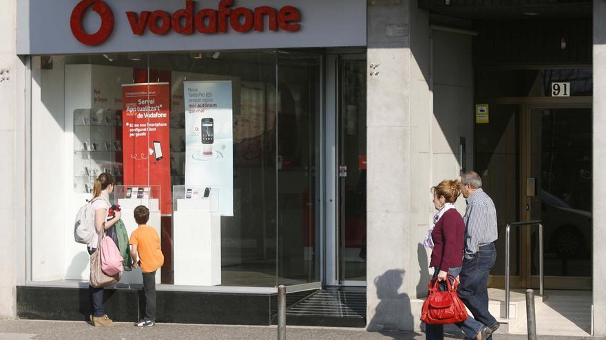 Vodafone proposa als sindicats acomiadar el 100% del personal de les botigues pròpies