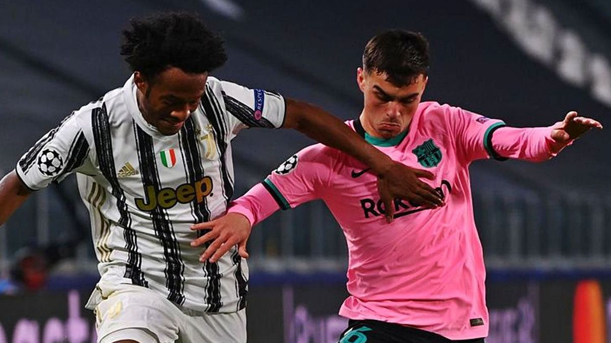 Pedro González López 'Pedri' -d- fights with Cuadrado, from Juventus, on the last day of the Champions League in Turin.