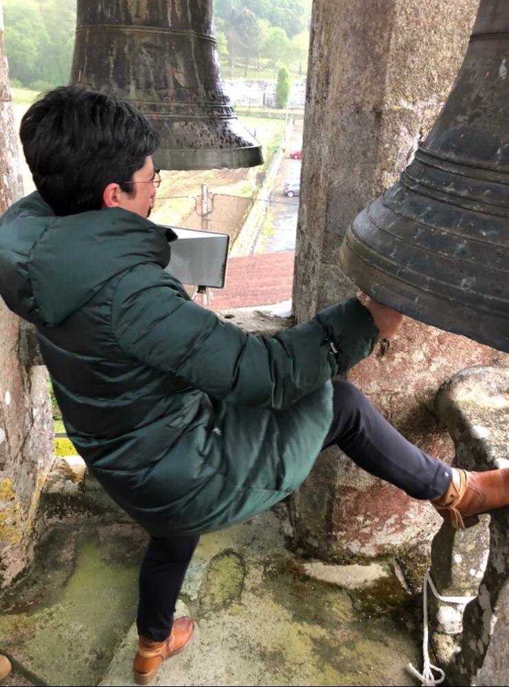 Una vecina toca las dos campanas de la iglesia de Cereixo.
