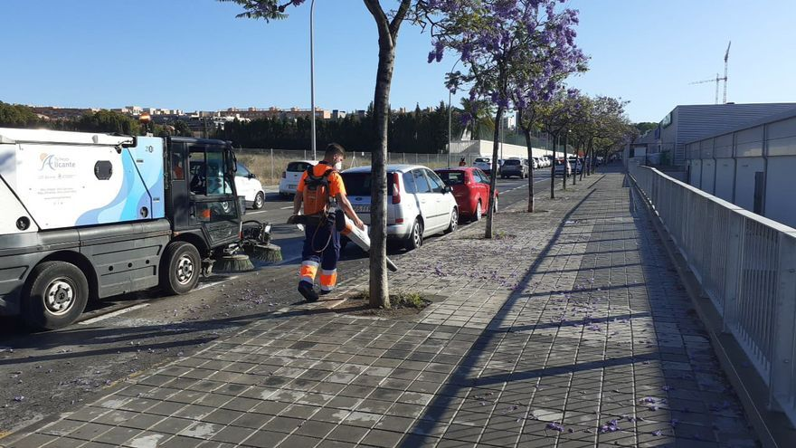 Ute Alicante incorpora cinco cubas para retirar las flores pegadas en las calles
