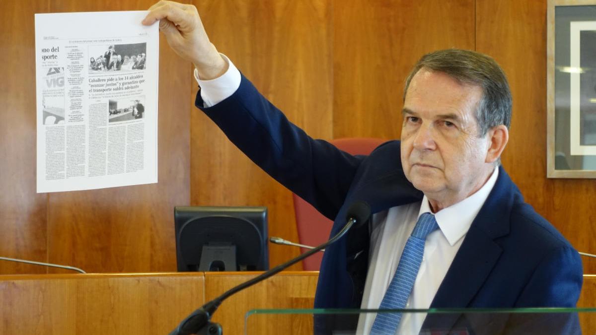 Caballero muestra la crónica sobre el abandono de los representantes del PP de la asamblea constitutiva del Área, en diciembre de 2016.