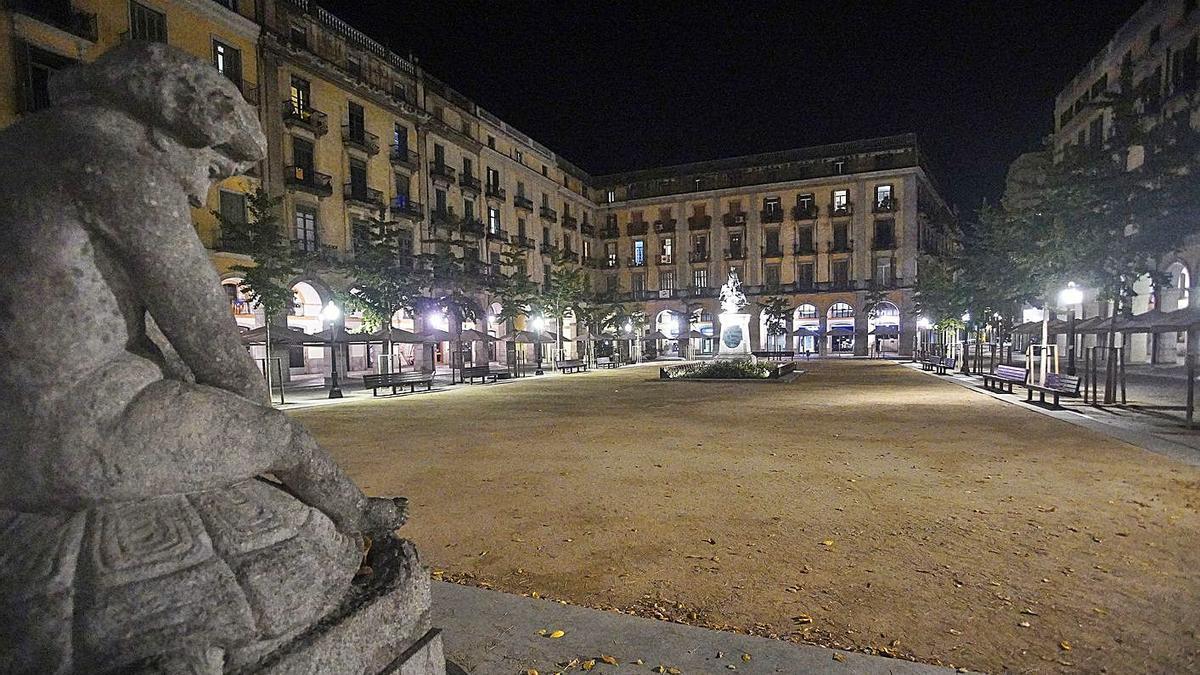 La plaça Independència buida, una nit de confinament nocturn